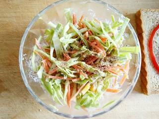 沼三明治,可以在拌好的卷心菜沙拉中根据个人口味加一点黑胡椒和海盐。