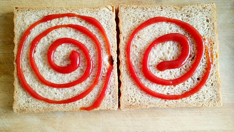 沼三明治,在吐司片上涂抹适量的<a style='color:red;display:inline-block;' href='/shicai/ 699'>番茄酱</a>。