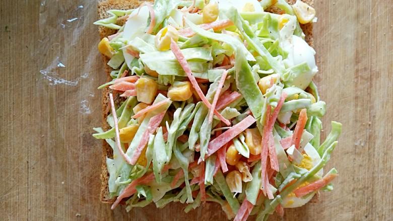 沼三明治,在鸡蛋片上再铺一层卷心菜沙拉。