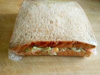 沼三明治,用保鲜膜裹紧。