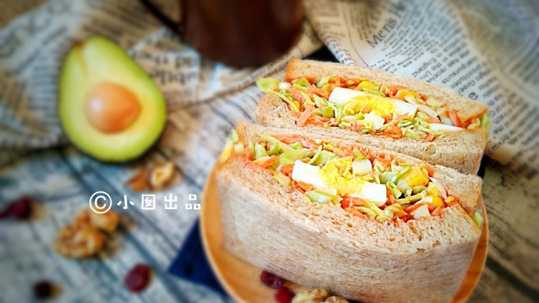 沼三明治,用保鲜膜包裹的三明治非常适合春游外出时带着,吃起来极为方便。