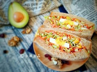 沼三明治,再配上一杯酸奶,几颗坚果,些许水果,就是能量满满的一餐。