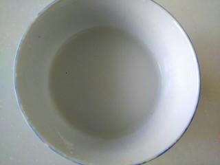 蒜苗烧豆腐,另一个小碗中放入两勺淀粉,加适量清水,调成淀粉汁