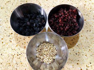 白糖松糕&红糖松糕,夹心用的提子干 糖蜜豆和松仁 这个果干类也不需要固定、喜欢吃什么夹什么、家里有什么用什么