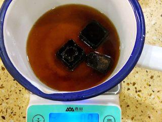 白糖松糕&红糖松糕,称好50克红糖 15克猪油 加80克水 把红糖化开备用 如果化不开可以用小火煮化后放凉再用