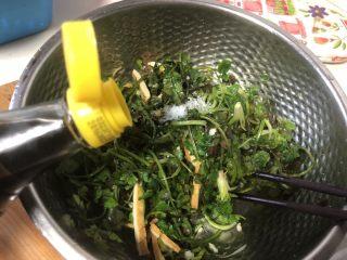 凉拌豆干香菜,加入香醋和生抽适量。