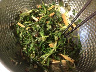凉拌豆干香菜,拌匀放一会儿腌制入味即可。