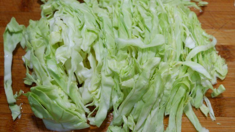 圆白菜炒粉丝,切成细丝。