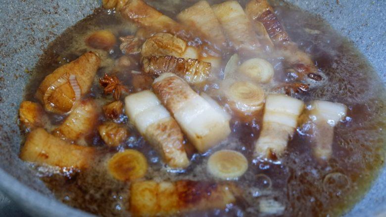 五花肉烧土豆干,翻炒均匀后,加入步骤6煮开的水。能没过食材的量就可以了。盖上锅盖转中小火炖煮20分钟。