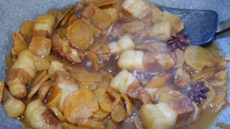 五花肉烧土豆干,翻炒均匀在炖煮10分钟。