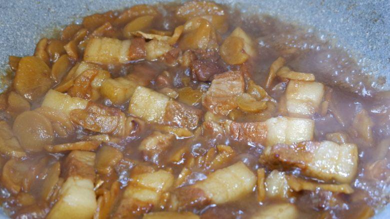 五花肉烧土豆干,打开锅盖,转大火收汁即可