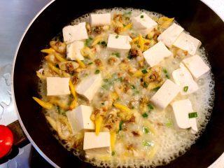 花蛤豆腐汤,拌匀后关火起锅。