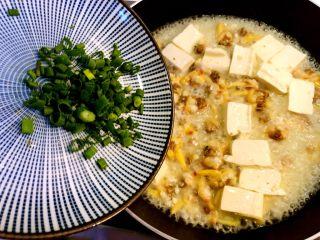 花蛤豆腐汤,起锅前撒入葱花。