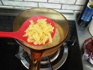 香菇番茄芝士面,面放在开水里煮熟,捞出放凉水里备用