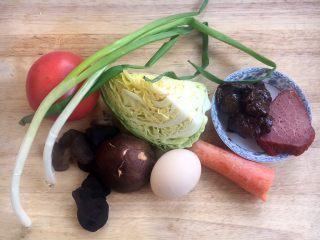天津特色小吃 蔬菜烩饼,烩饼所用的食材有:鸡蛋、酱鸡胗、烤里脊、圆白菜、西红柿、香菇、木耳、小香葱。