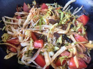 天津特色小吃 蔬菜烩饼,1分钟后打开锅盖儿,把食材翻炒均匀。