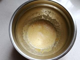 小狗纸杯蛋糕,先用打蛋器打散