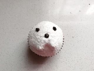 小狗纸杯蛋糕,再继续用溶化的巧克力在半球奶油上挤出小狗的鼻头和眼睛