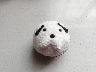 小狗纸杯蛋糕,最后把小狗的耳朵用少许奶油沾在耳朵部位即可