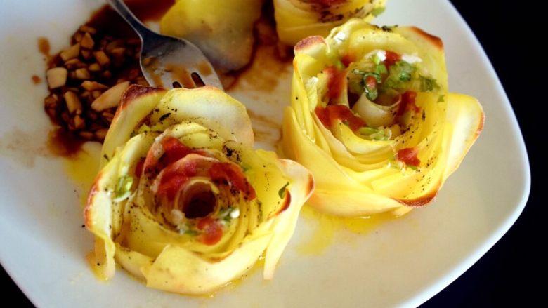 黑胡椒土豆玫瑰卷,既美味又漂亮的黑胡椒土豆玫瑰卷,就完成了!
