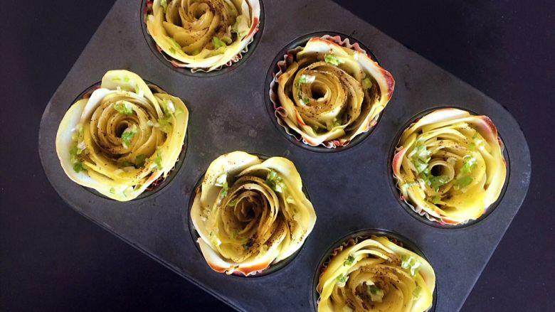 黑胡椒土豆玫瑰卷,十分钟后,拿下锡箔纸,将烤箱调至230°,再烤3~5分钟,至外围的花瓣开始微黄即可。(原谅我的烤箱受热不均匀)
