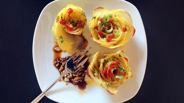 黑胡椒土豆玫瑰卷,装盘,可根据自己的口味,淋上自己喜欢的酱汁。如果喜欢蒜香,也可以调一个蒜汁哦!