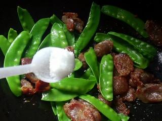 腊肠炒荷兰豆,加半勺盐,腊肠略带咸味,盐不用放太多,避免太咸