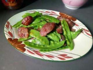 腊肠炒荷兰豆,盛出装盘