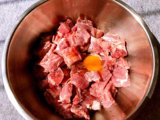 蒜香排骨,腌制好打入1个鸡蛋
