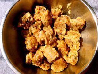 蒜香排骨,排骨炸好捞起来控干油,放入大盘备用