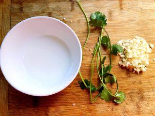 蒜香排骨,这时候我们把蒜去皮切末,香菜洗净,把剩下的10g玉米淀粉加入一点水兑成芡汁