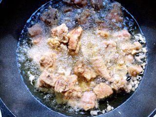 蒜香排骨,等排骨定型,用漏勺慢慢翻拌