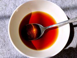 蒜香排骨,取一小碗调酱汁,加入1汤勺料酒,2汤勺生抽,3汤勺白糖,4汤勺醋,5汤勺水,搅拌至白糖融化