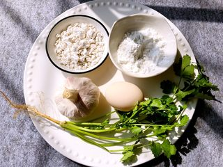 蒜香排骨,红薯粉,玉米淀粉,香菜,蒜头,鸡蛋