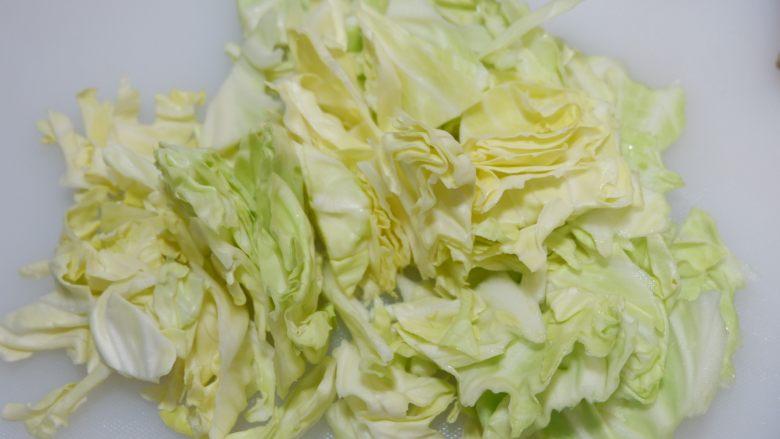 酸甜圆白菜,爽口开胃的首选,斜刀切成小片。