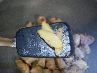 家常红烧鸡脖,加入姜片。