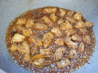 家常红烧鸡脖,然后打开锅盖转大火,加入白糖