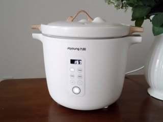 银耳莲子羹,炖锅选择炖汤程序,时间设定2小时