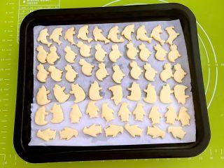 宝宝健康食谱  蛋黄动物饼干,蛋黄动物饼干烤好了