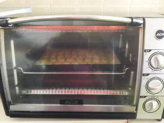 宝宝健康食谱  蛋黄动物饼干,烤箱160W预热8分钟,把烤盘放入预热好的烤箱里,上下火160W烤15分钟