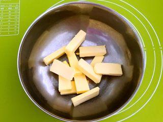 宝宝健康食谱  蛋黄动物饼干,无盐动物黄油100克,放在室温自然软化,大约需要20分钟左右