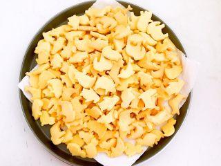 宝宝健康食谱  蛋黄动物饼干,成品有600克,蛋黄饼干很容易受潮,晾凉后可以装入密封容器保存
