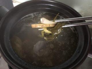 清爽大骨汤,捞出葱姜,放适量的盐烧开即可