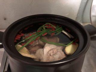 清爽大骨汤,直接放到砂锅里,大火烧开,转小火炖煮90分钟