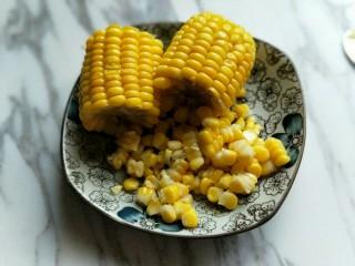 香甜玉米粒披萨,煮熟玉米捞出,待玉米不烫手时,将玉米粒搓下来。