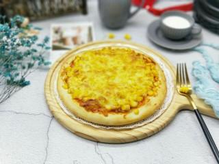 香甜玉米粒披萨,戴上隔热手套,取出脱模。