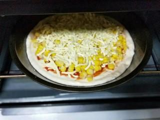 香甜玉米粒披萨,撒上一层马苏里拉芝士。烤箱190度预热5分钟,披萨盘放入烤箱中层的烤网上,烤20分钟,注意观察颜色,(可以根据自家烤箱温度另定时间和温度。)