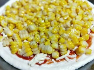 香甜玉米粒披萨,再将煮熟的玉米粒放在上面。