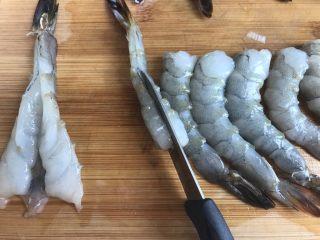 凤尾虾,用刀在虾腹部或者虾背切开都行,但是不要切断,我在虾背或者虾腹部都切过,进到锅里炸了之后的形态基本差不多,顺便把虾线给摘出来扔了。