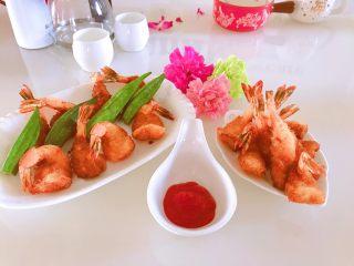 凤尾虾,好啦,开吃,沾点番茄酱或者沙拉酱。